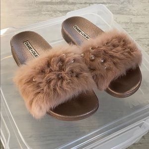 LIKE NEW Rose gold faux fur slides with pearls